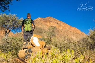 Weiße Fussspuren geben die Richtung des Trails an