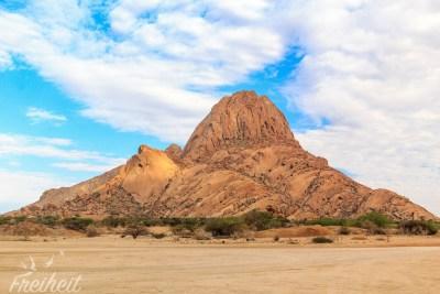 Die Spitzkoppe kann auch von Kletterern bestiegen werden - aber besser nicht im Sommer: der Fels wird glühend heiß