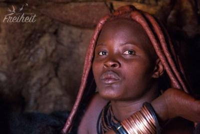 Das Haar der Himbafrauen wird so getragen, da es einfach ihrem Schönheitsideal entspricht :)