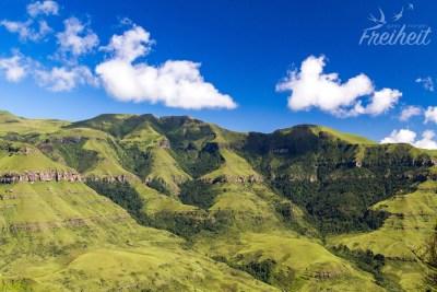 Während hinter uns die Berge in Wolken gehüllt sind, ist vor uns freie Sicht