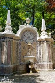 Der Brunnen des Überflusses ist mit tausenden Mosaiksteinen verziert