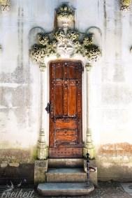 Hübsche Seitentür der Kapelle