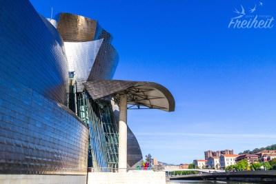 Das Guggenheim Museum besteht aus Glas, Titan und Kalkstein