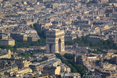 Der Arc de Triomphe ist wirklich groß!