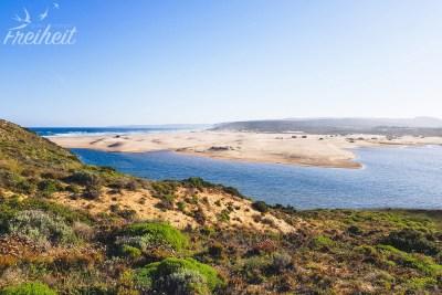 Der Fluss Ribeira da Carrapateira schlängelt sich am Strand bis zum Meer