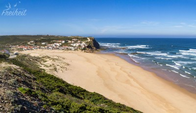 Wenig los am Praia do Monte Clérigo