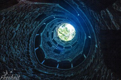 Der 27m tiefe Brunnen der Initation - Treppen führen auf den Grund...