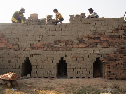 Kinderarbeit in der Ziegelei gleich unter dem Guesthouse - sehr verbreitet in Myanmar.
