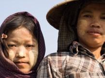Kinder, die auf den Feldern ihrer Eltern arbeiten - gleich unterhalb des Guesthouses.