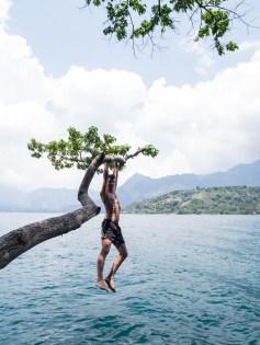 Ariel schwingt im Park «Cerro Tzankujil»