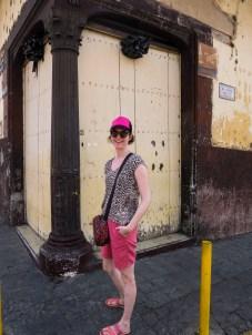 Junge Frau vor altem Haus