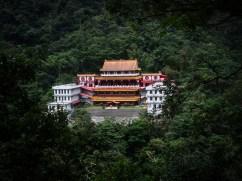 Tempel im Wald in den Bergen.