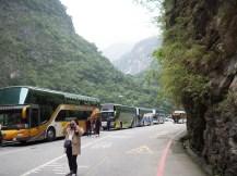4 von 300 chinesischen Tourbussen in der Taroko Schlucht.