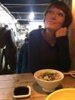 Monika voller Energie im hippen Sushiladen