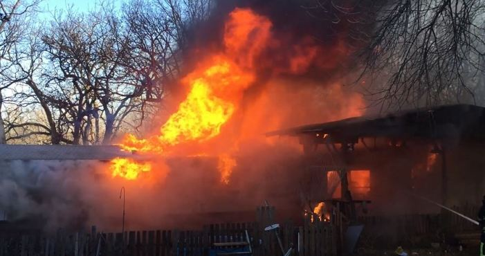 Trailer home fire could be seen from I-35