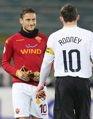 20071212 - ROMA - SPORT:CHAMPIONS LEAGUE, ROMA MANCHESTER UNITED.Totti e Rooney prima della partita di Champions League Roma Manchester United, questa sera allo Stadio Olimpico. MAURIZIO BRAMBATTI/ANSA/BT