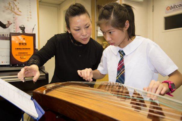 Lunlun Zou Teaching Guzheng