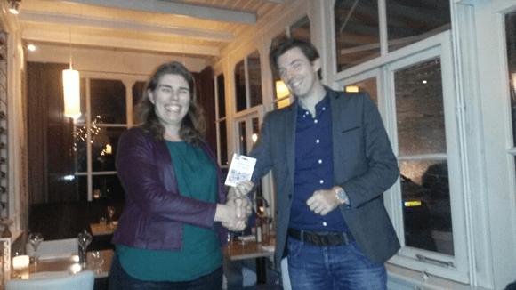Wilma Theunissen overhandigt Jeroen Vos het afscheidscadeau