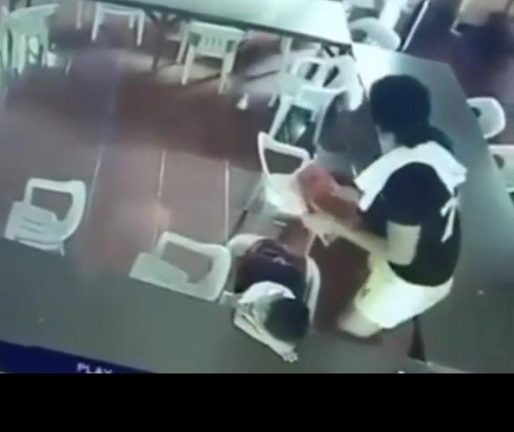 #EsViral El niño dormido que se pone la silla de mochila