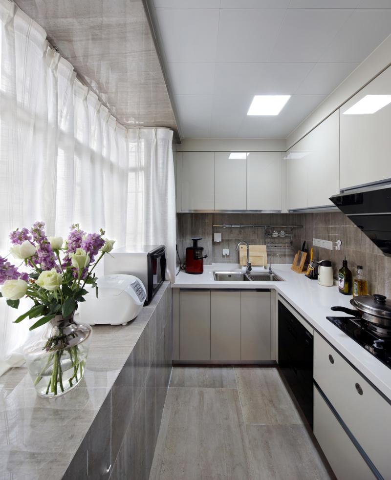pantry kitchen greenhouse window 厨房的整体橱柜选择热烈的大红色 地面的地砖颜色非常耐脏又好打 谈家具 地面的地砖颜色非常耐