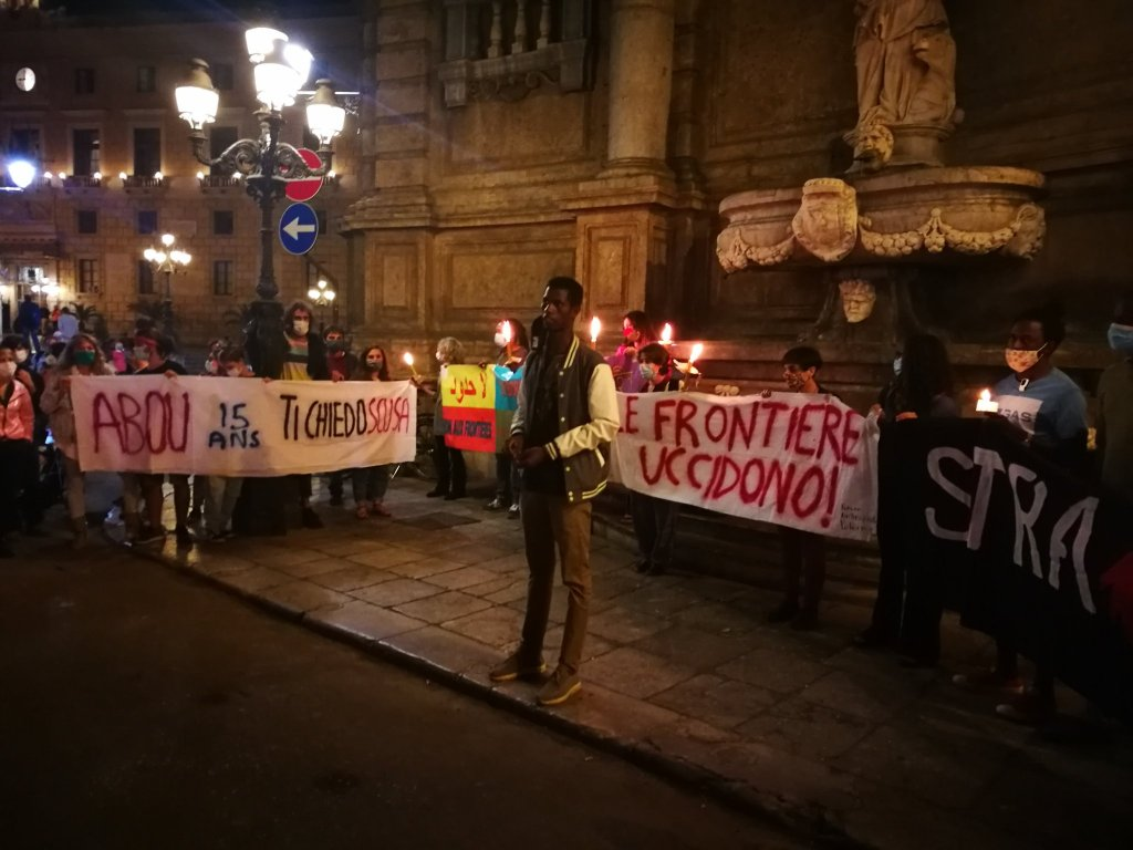 """A picture from Raffaella Cosentino's Twitter feed showing the candlelit vigil in Palermo and saying """"borders kill"""" and """"Abou 15-years-old, we ask for your forgiveness"""" 