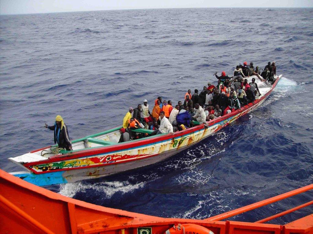Un bateau du Salvamento Maritimo à l'approche d'un bateau de migrants. | Photo : Sasemar