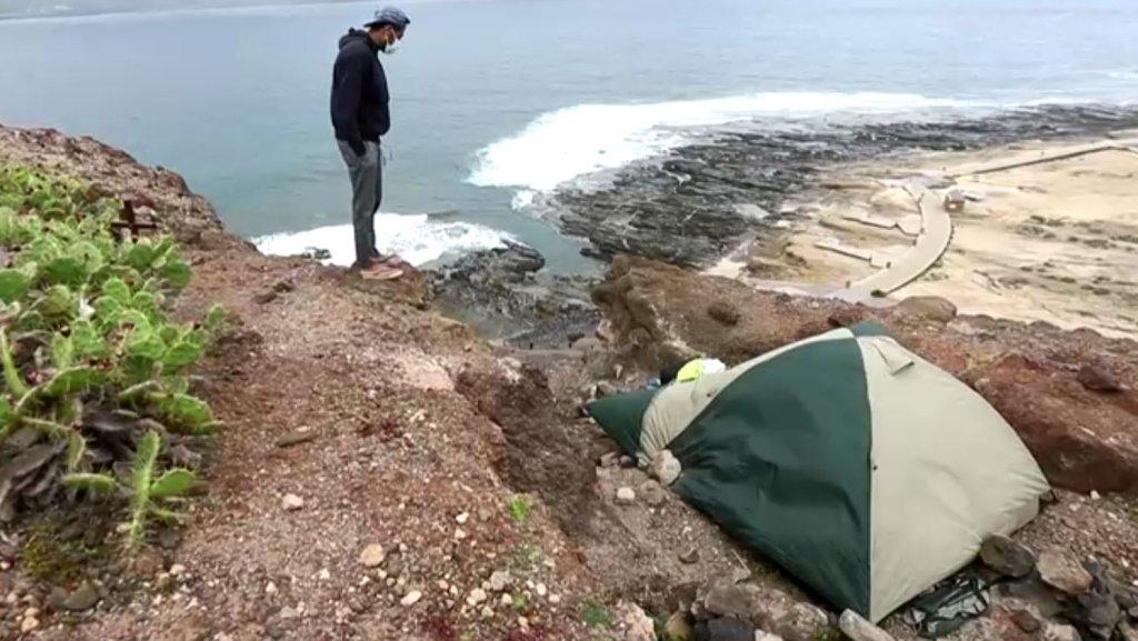 Un migrant au pied des falaises, sur l'île de Grande Canarie. Crédit : capture d'écran vidéo Reuters