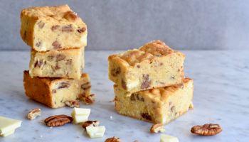 Blondies met witte chocolade en pecannoten - Gwenn's Bakery