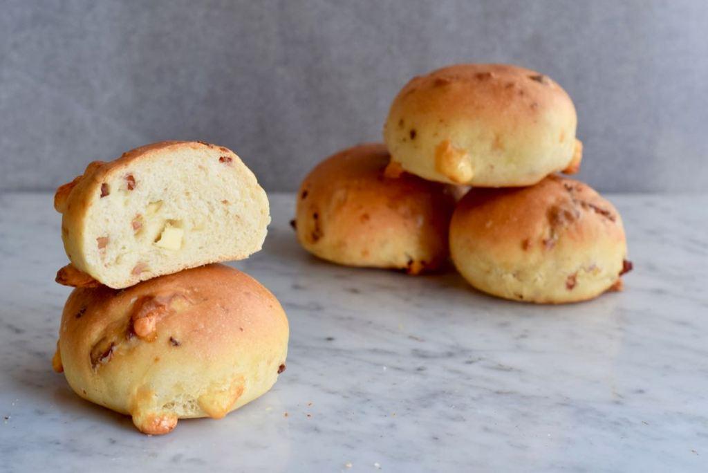 Harde broodjes met kaas en spek - Gwenn's Bakery