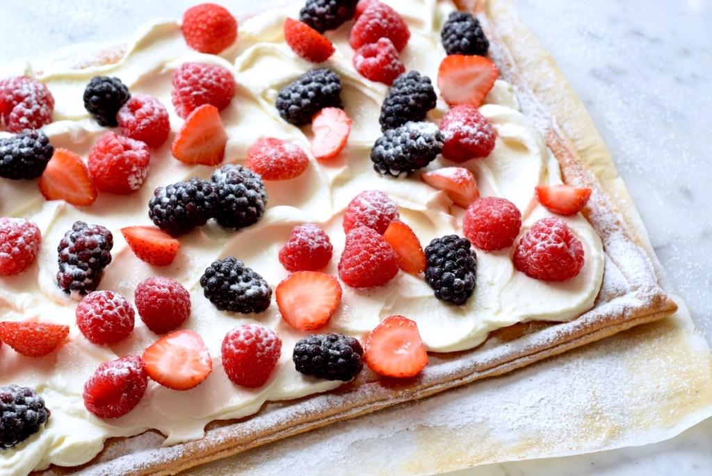 Bladerdeeg plaattaart met mascarpone en zomerfruit - Gwenn's Bakery
