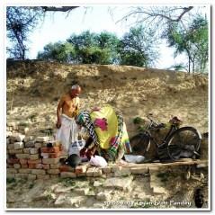 द्वारिकापुर में गंगा किनारे एक टेकरी समतल कर मूर्तियां रखी हैं। वहीं केदारनाथ चौबे भागवत कथा कहते हैं।