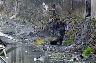 --FILE--Sanitation workers clean up a polluted river in Ruian city, southeast Chinas Zhejiang province, 18 February 2013. Web journalist/activist Deng Fei, a famous guy in Chinas cyberspace, has orchestrated a number of online campaigns, many of them targeted at helping children. During vacation for the Chinese Lunar New Year, Deng has sparked another social media movement by asking a very simple question: How is the river in your hometown? While you are home for the holidays, take a photo of the river or stream in your hometown and upload it to Weibo for us to see. It soon became one of Sinas trending topics, with thousands of net users responding to the call. What is interesting about this is not so much that some Chinese rivers are full of trash -- this should not come as a great shock to anyone -- but that it is a clever way of making a local issue into a national one.