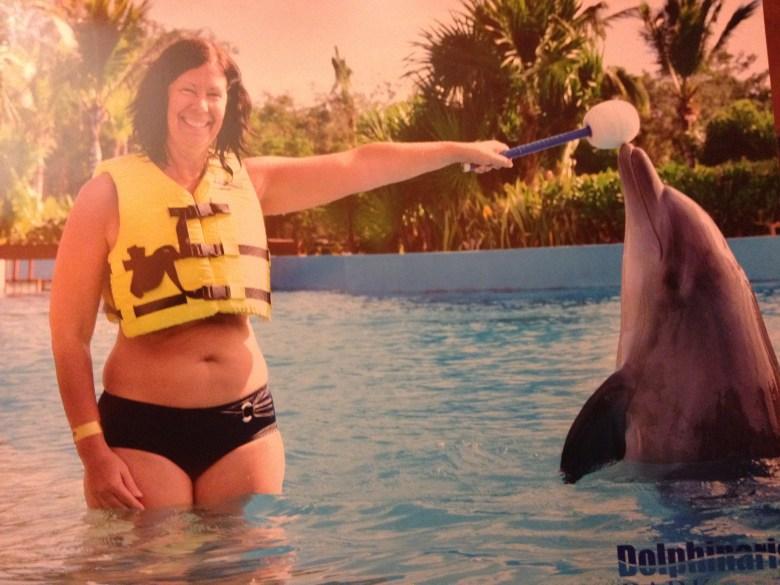 Gyllintours tränar en delfin
