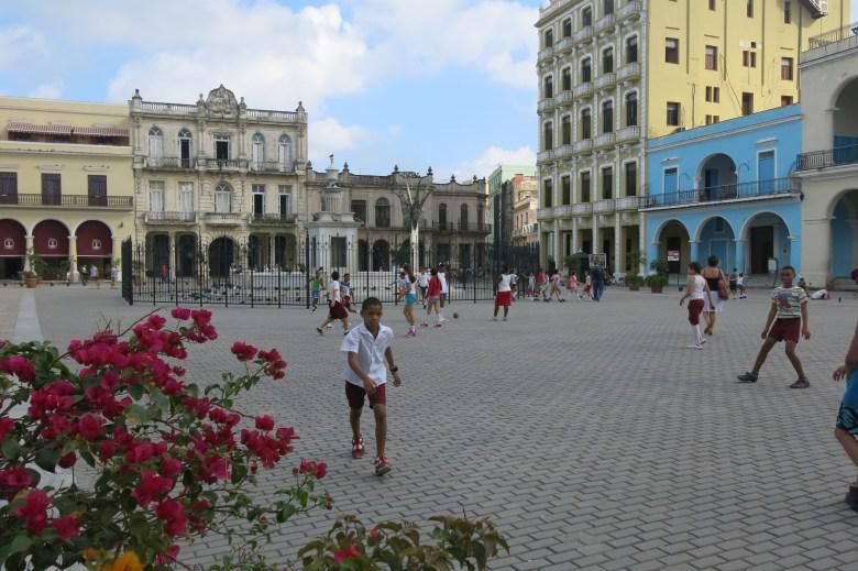 skolbarn på torget