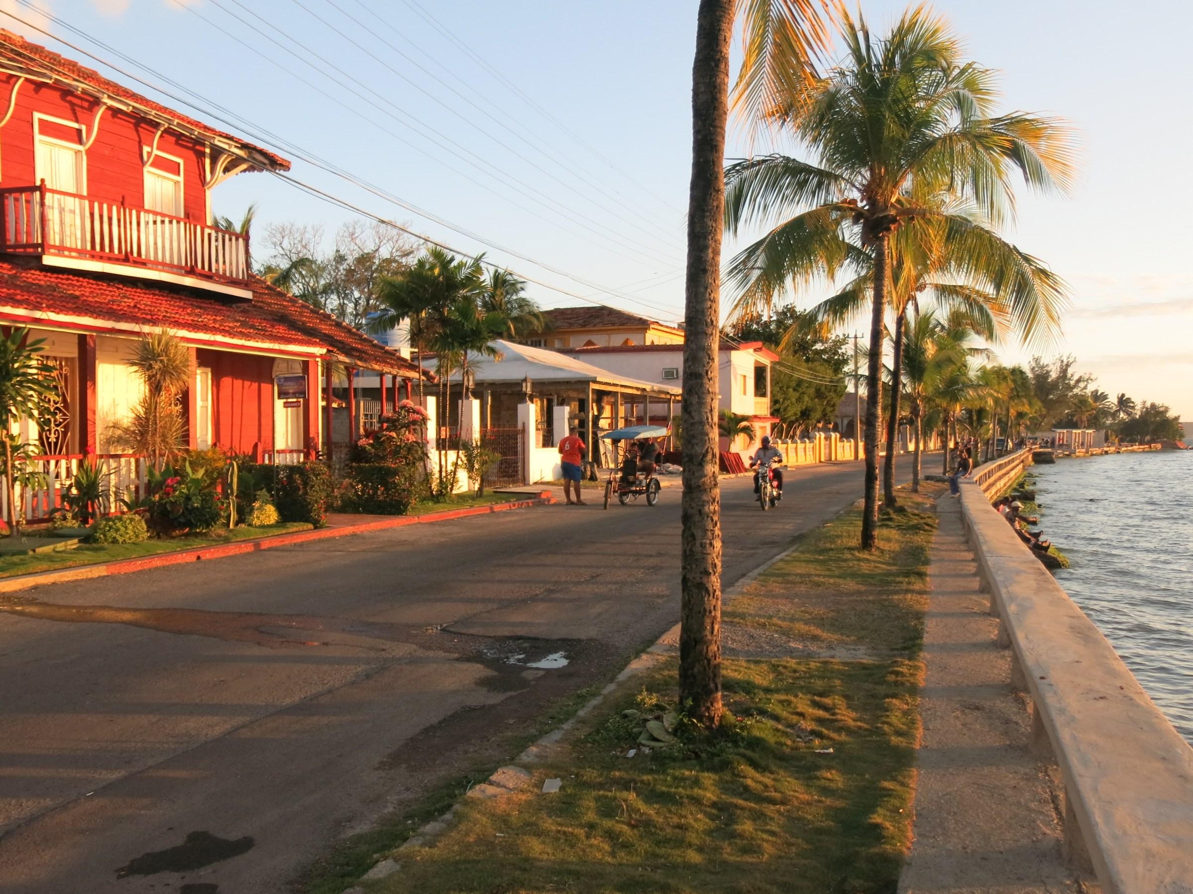 kvällssolen skiner på husen i Cienfuegos