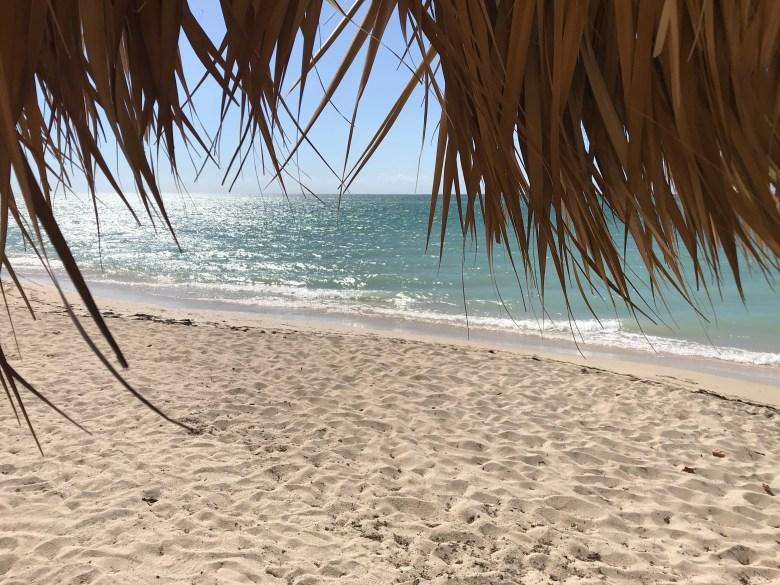 under parasollet på Playa Ancon