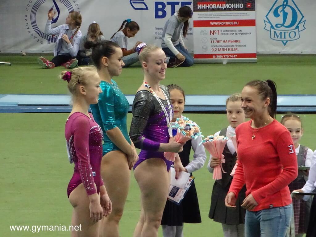מריה פסקה מחלקת מדליות לזוכות