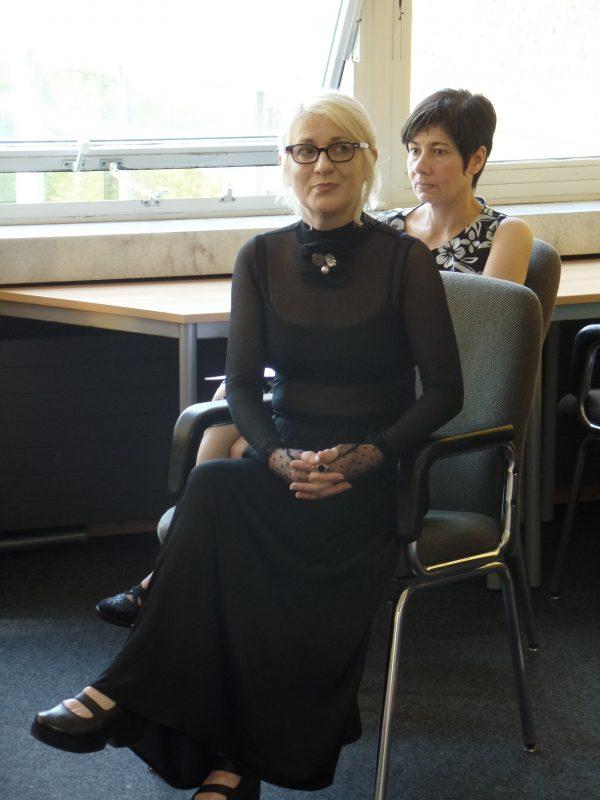 Die Künstlerin mit Frau Dietz-Pentrys