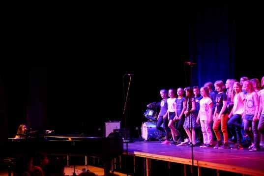 13 Chor mit Born this way von Lady Gaga mit Chorleiterin +