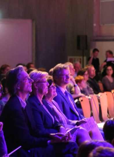 13 gespanntes Publikum