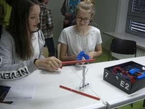 """Schülerexperimente werden am Gymnasium Ismaning ganz großgeschrieben – denn Begreifen leitet sich von """"greifen"""" ab"""