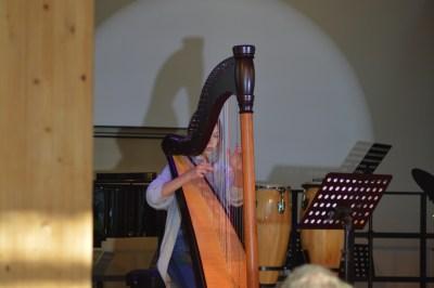 Emily Lange brilliert an der Harfe