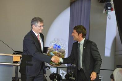 Der erste Bürgermeister Unterföhrings, Herr Kemmelmeyer überreicht ein Gastgeschenk