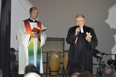 Die Pfarrer Dr. Brunner und Klingenberg segnen die Schule
