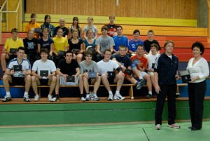 Die Leistungskurse Sport der Jahrgangsstufe 12 der Herren Schiemann und Rapp freuen sich über die neuen, vom Förderverein des Gymnasium Taunusstein gestifteten Pulsuhren. Im Bild die Übergabe der Pulsuhren durch Frau Roos-Hachenberg.