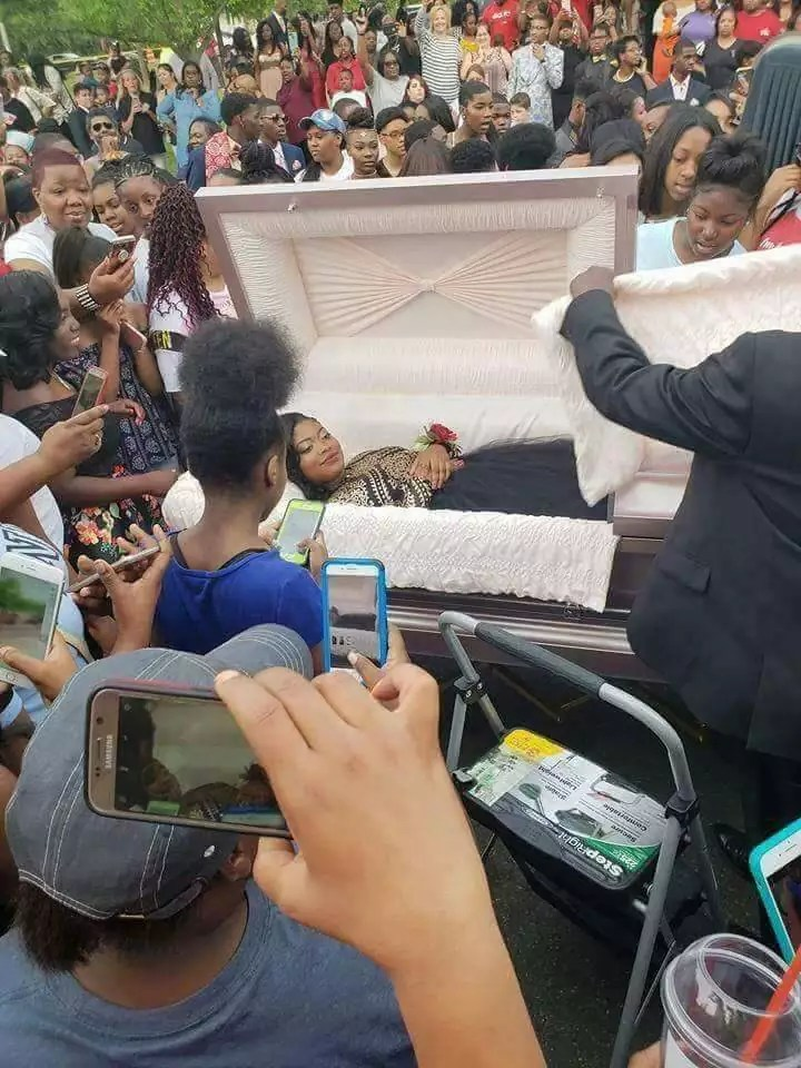 WOMAN SNAPS Her Pre Burial Pictures Online 00 - Copy
