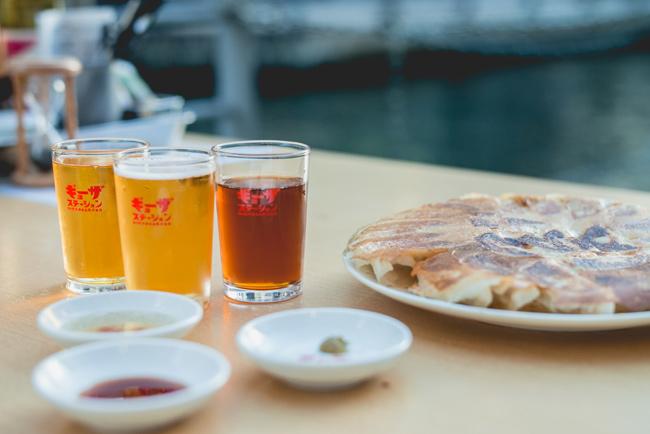 「ギョーザ」12個、好きなドリンク1杯、ノベルティ付きで500円と抜群のコスパ