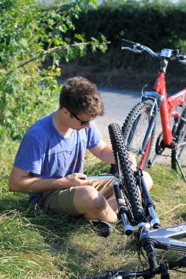 Vos pradėjus važiuoti teko sustoti pripildyti padangas oro. Taip jau būna, kai dviračiai tik garažuose stovi.