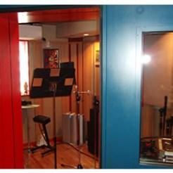自宅スタジオのブース。完全にセパレーションされており、ボーカルや生楽器のレコーディングが可能。
