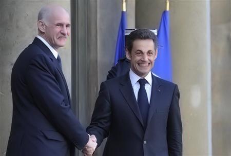 Sarko serre la pogne de Papandreou, un moment de bonheur partagé.